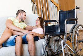 恋人-上に-ソファー-近くに-車椅子-ストックイメージ_csp24105057